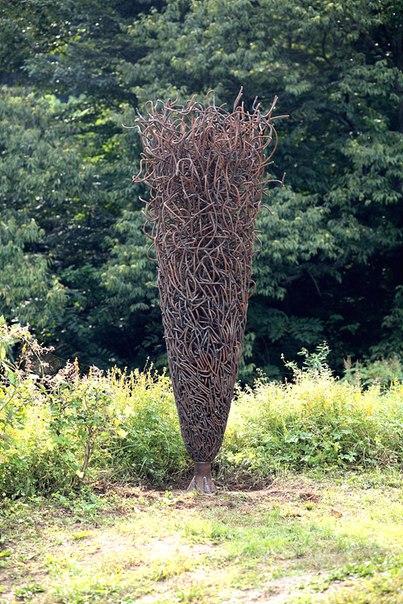 Арт-объекты в саду (1 фото) - картинка