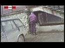 Пьяный мент описался на крыльце ТВ. Real Video. (новости)
