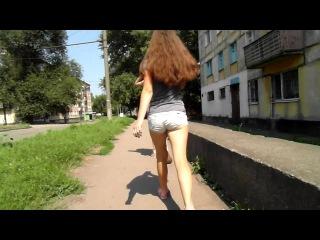 девочка в шортиках