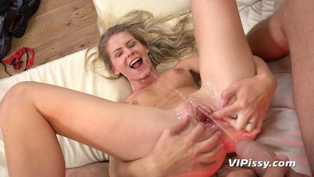 Peeing - Sexy Claudia