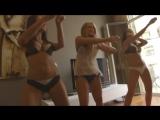 Красивые девушки танцуют. Три конфетки- две брюнетки и блондинка репетируют под музыку танец