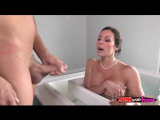 Сын подглядывал за мамой в ванной