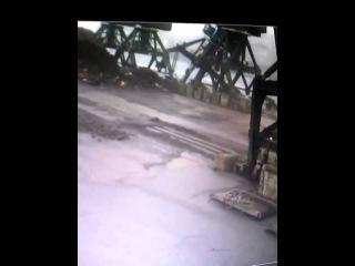 Портальный кран падает в море в Холмске