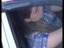 Девушка в машине в мини юбке и музыка
