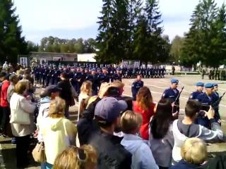 Константин проходит торжественным маршем после принятия присяги.