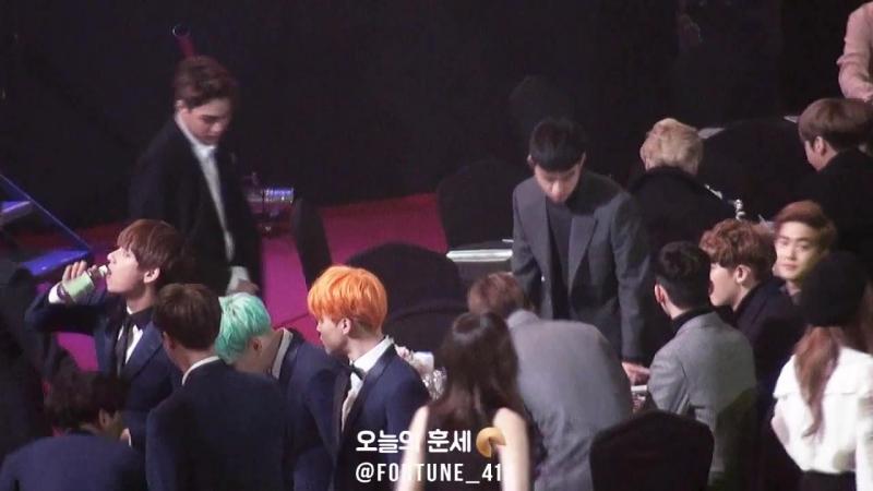 160114 서울가요대상 EXO, 슈풍당당 입장해서 힘차게 인사하는 민석이와 자리에 앉는 엑소 멤버들