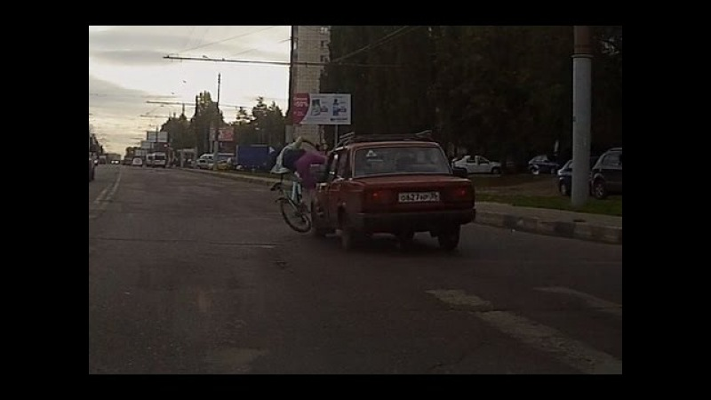 Полицейский на машине сбил девушку с велосипедом на пешеходном переходе