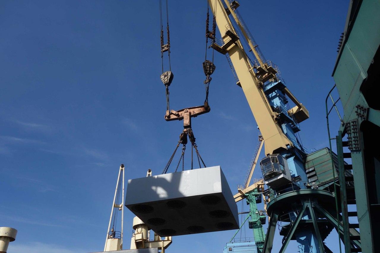 В мурманском торговом порту грузят многотонные детали для порта на Ямале