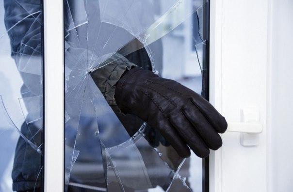 В Архангельской области две девушки ограбили мужчину, проникнув к нему в квартиру через форточку