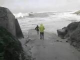 Вот почему не стоит ходить на пляж во время шторма