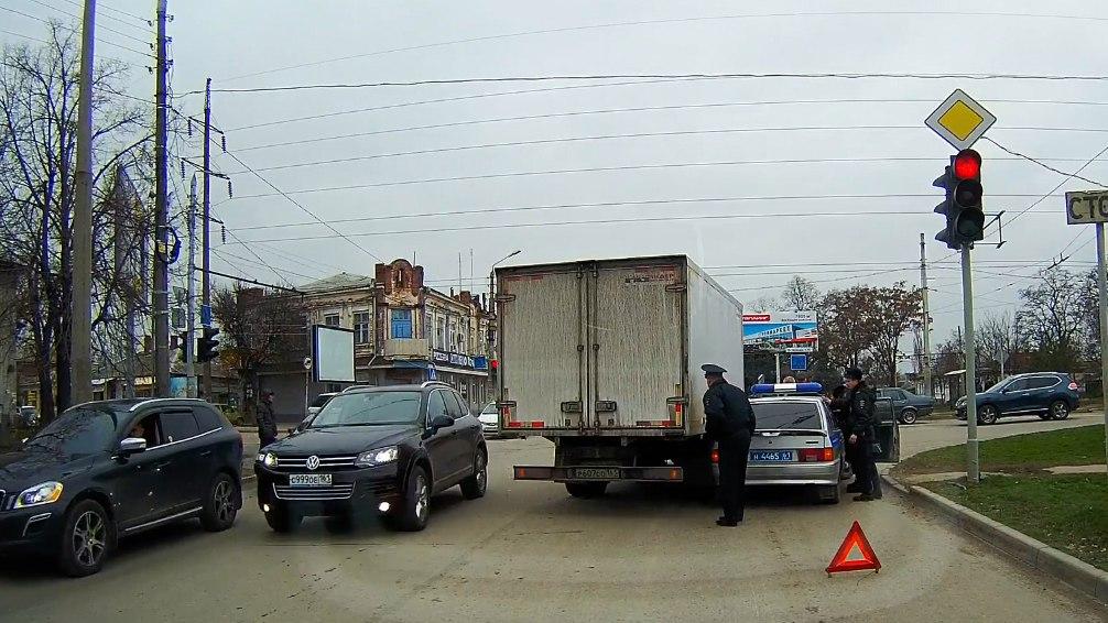 В Таганроге полицейская «патрулька» столкнулась с «ГАЗелью»