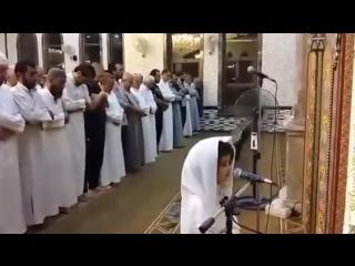 Ребёнок стоит за имама, совершает намаз!
