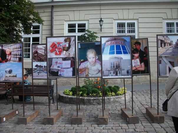 Информационные стенды о войне на востоке Украины на площади Рынок №8 во Львове