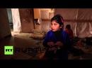 Ливан Сирийские дети беженцы делают куклы из ткани остаточному в долине Бекаа