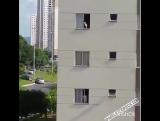 Не оставляйте открытыми окна! Даже если на них есть антимоскитная сетка и даже если вам кажется, что ребенок слишком маленький,