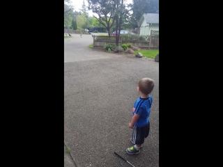 Маленький мальчик стал заклинателем индюков