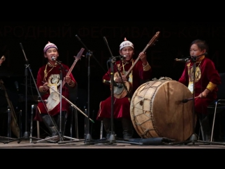группа Кенгирге, за кенгирге (барабаном) Эрестиг Седен-оол