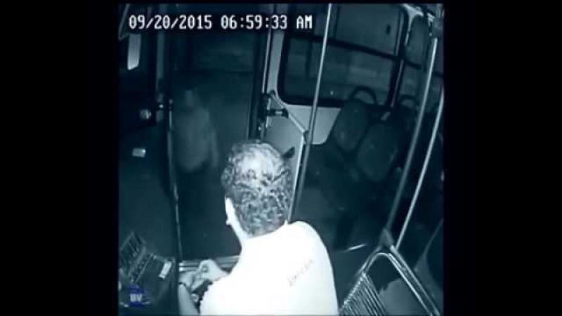 Garoto deficiente ajuda motorista de ônibus a se livrar de assaltante