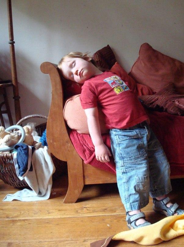 KeiuX2GhDIc - 20 Доказательств того, что ребенок может заснуть независимо от времени и места