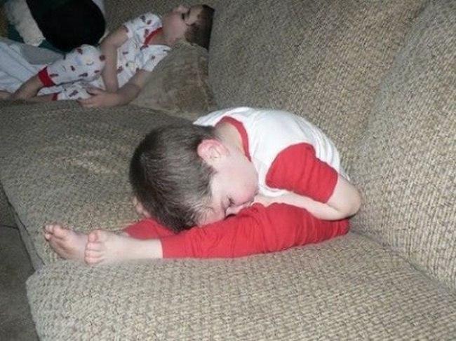 ef4PhPPmowM - 20 Доказательств того, что ребенок может заснуть независимо от времени и места