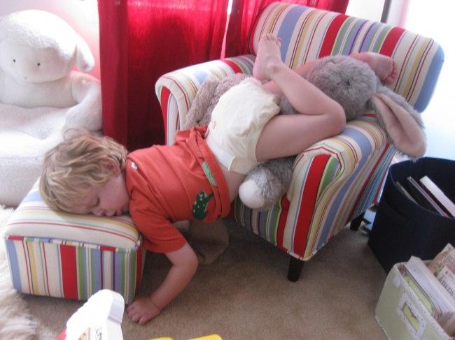 pxohlLyCzUY - 20 Доказательств того, что ребенок может заснуть независимо от времени и места