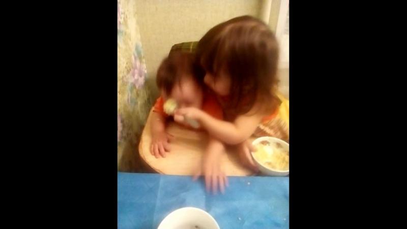 Амина кормит сестренку!