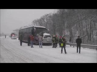 Сахалин. Внедорожник влетел в автобус с детьми (20.11.2015 г.)