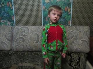 сын рассказывает стих про Дед Мороза