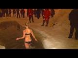 Девушки купаются в проруби на Крещение 19.01.2016 Россия Видео