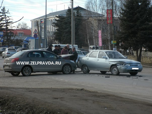 В станице Зеленчукская на пересечении улиц Советская и Гагарина столкнулись два автомобиля