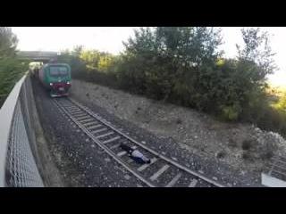 Парень лег под поезд