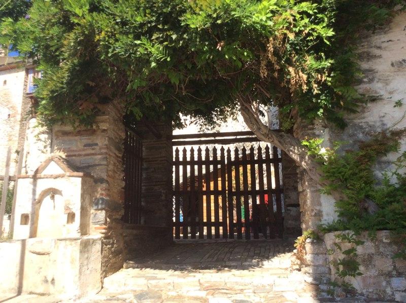 Главный вход монастыря Ксенофонт