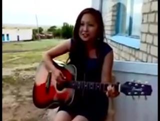 Очень красиво поет под гитару девушка казашка