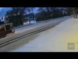 Саратовец прицепил машину тросом к трамваю