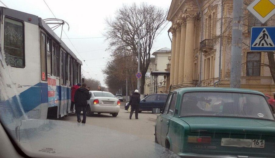 В центре Таганрога Volkswagen Polo «угодил» под трамвай №9