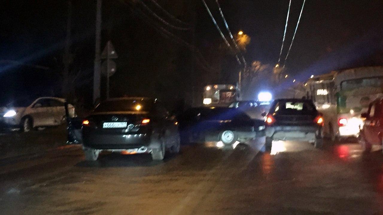 В Таганроге «Приора», объезжая пробку на Дзержинке, выбила «страйк» из двух легковушек