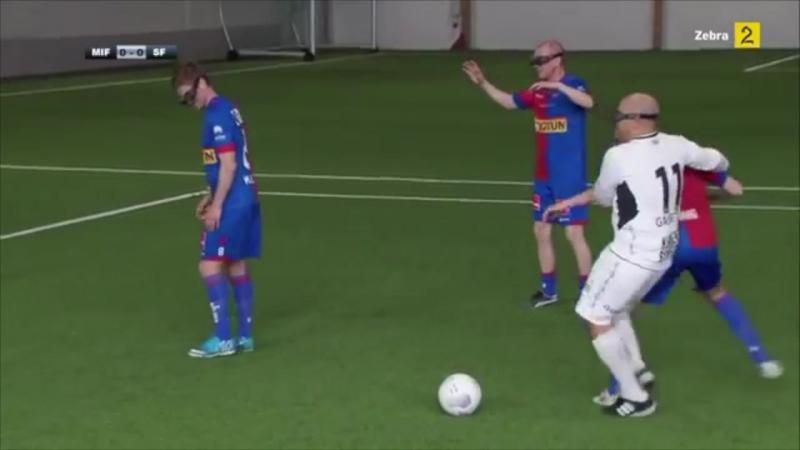 Нарвэскія футбалісты гуляюць у футбол у відэаакулярах