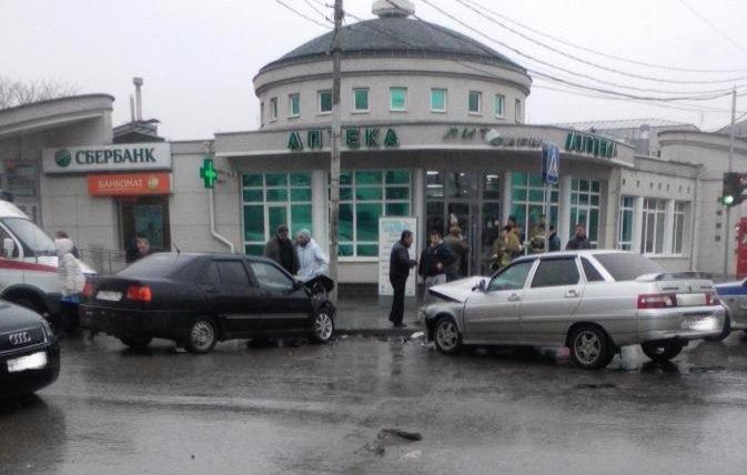 В центре Таганрога лоб в лоб столкнулись Chery Amulet и «ВАЗ-2110»