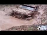 Внедорожник зарылся и выехал из грязи