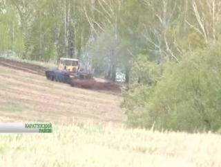 Фермер пашет землю на танке
