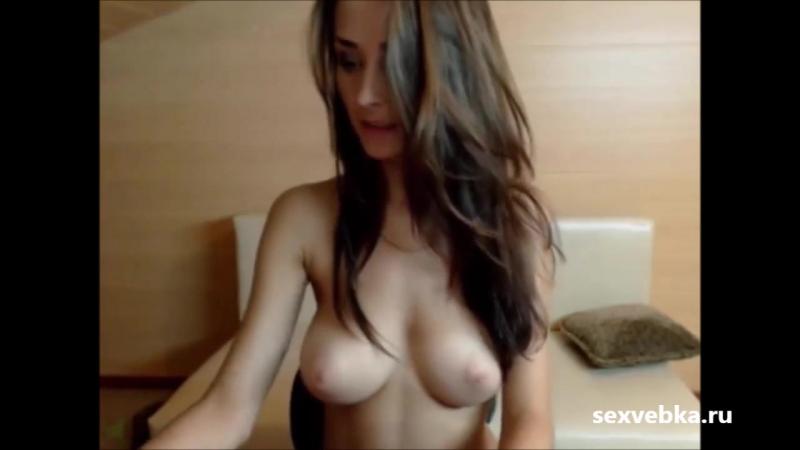 studentka-pokazala-striptiz-po-vebke