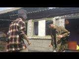 два деревенских деда танцуют страстные танцы жига-дрыга