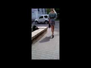 Центр города, девушка в прозрачной юбке. ШОК!