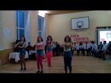 Класний танець!!! У стилі 80-х дівчата 11 класу!!!!