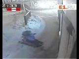 #Ребёнок на санках скатился под #троллейбус (#видеорегистратор)
