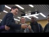 Новый премьер-министр Канады без охраны в метро общается с гражданами