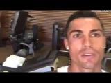 Криштиану Роналду тренируется вместе с сыном в спортзале.