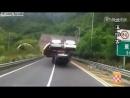 Автовоз на китайской дороге везёт машины в два ряда  【びっくり映像】バランスが悪い超過積載の自動車運搬車