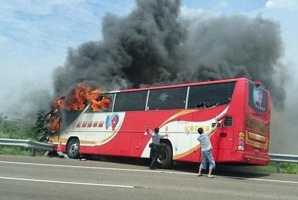 26 человек сгорели заживо в пассажирском автобусе на Тайване (видео)