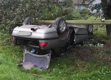 Водитель не справился с управлением и опрокинул автомобиль, столкнувшись с опорой ЛЭП